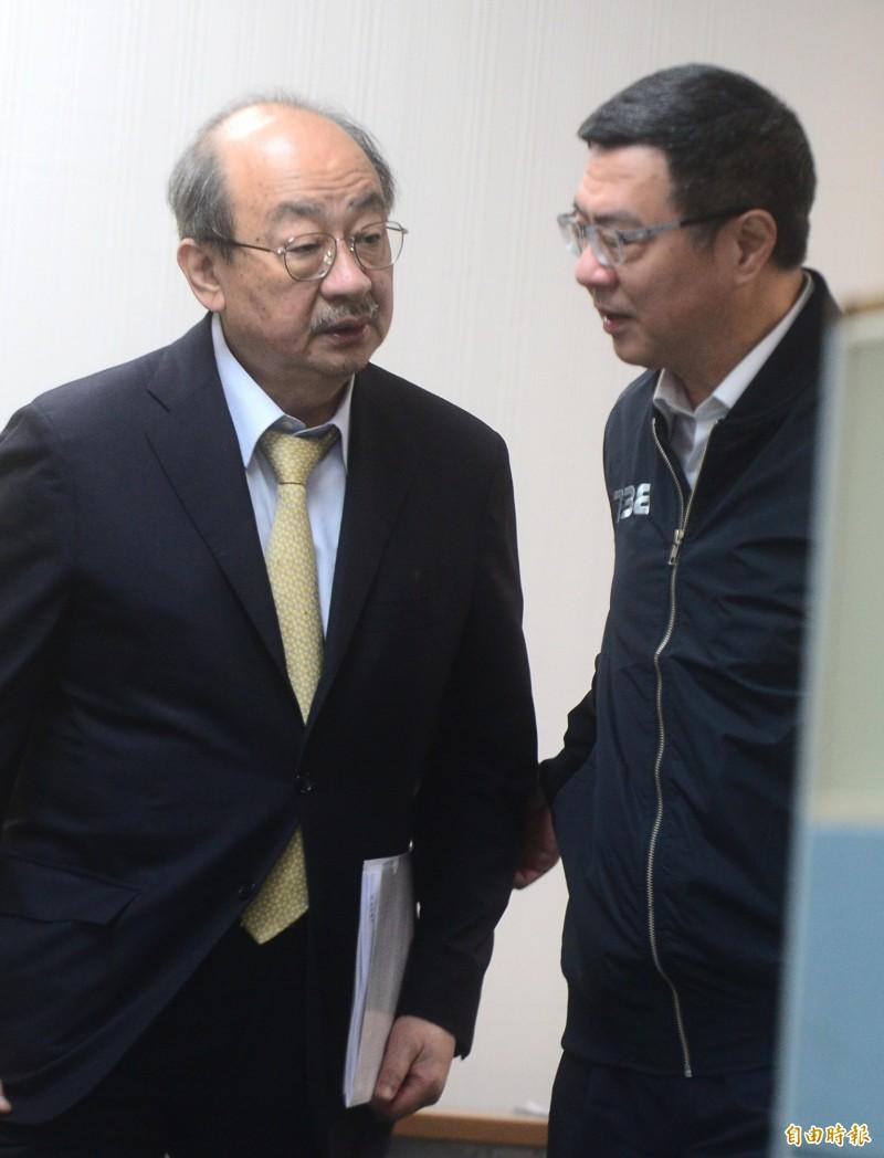 民進黨中常會前,民進黨主席卓榮泰(右)與民進黨立法院黨團總召柯建銘(左)交換意見。(記者王藝菘攝)