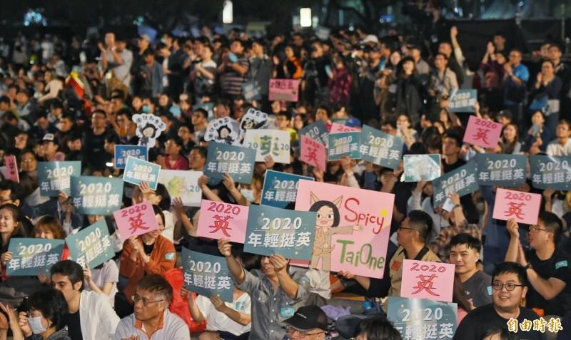年輕人在凱道席地而坐,高舉「2020 年輕挺英」的手舉牌,並高喊「辣台派,辣一下!」,象徵2020年,挺蔡英文總統競選連任。(記者劉信德攝)