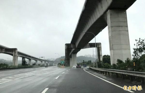 國道1號五楊高架高乘載車道易受慢速車影響行車效率,今天起新增3處可匯出高乘載車道路段。(資料照)