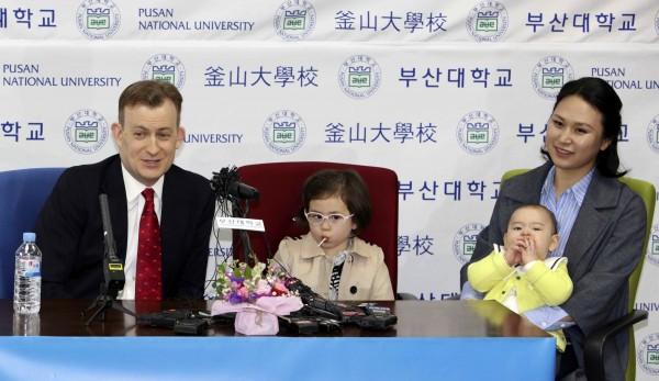 因BBC亂入一事而爆紅全球的凱利一家,昨出席南韓釜山大學的記者會。(美聯社)