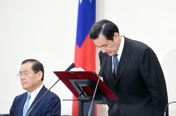 國民黨今日舉行中常會,會中主席馬英九為敗選負責,向中常委鞠躬道歉,並請辭黨主席。(記者方賓照攝)