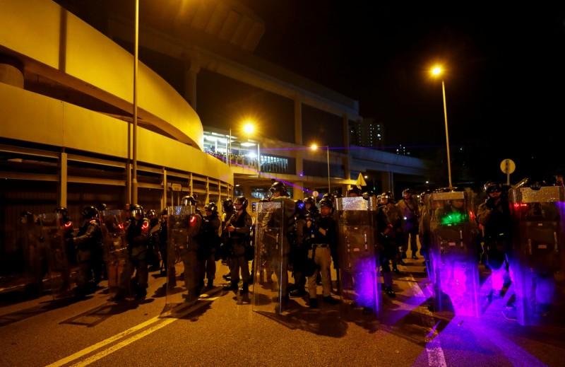 香港防暴警察在將近9點開始聚集,向元朗站推進。(路透)