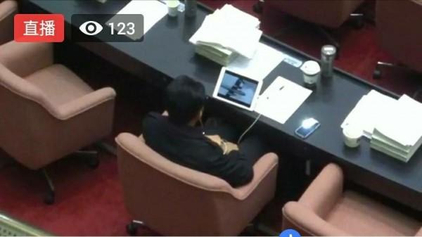 署名「Silvemy」的網友今下午在PTT八卦板PO圖指出,「勞基法在議場內吵的火熱,委員的小世界也打的火熱,林俊憲委員就這麼戴起耳機,旁若無人的在議場內看起電影來了」。(圖擷自PTT)