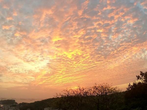 高雄的火燒雲照片。(圖擷自臉書)