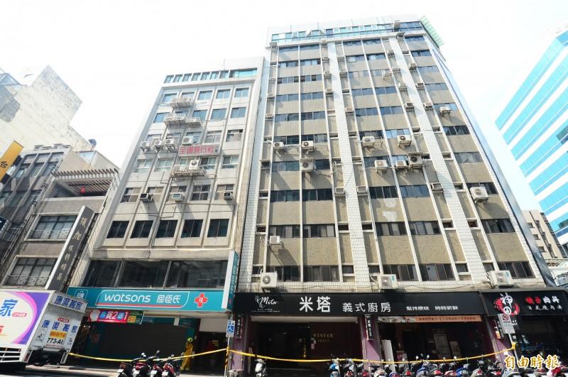 花蓮發生6.1級地震,台北市長安東路二段81號大樓傾斜,警方和消防隊員趕緊拉起封鎖線。(記者王藝菘攝)