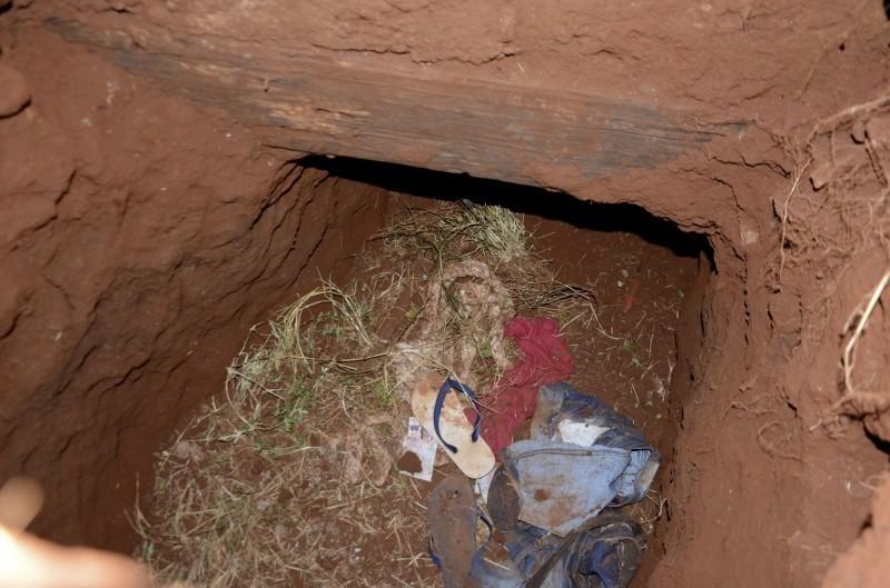過去2天,巴拉圭和巴西先後發生2起囚犯越獄事件,導致巴西犯罪幫派「首府第一司令部」數十位成員重返街頭,威脅社會治安。專家指稱,2起越獄事件可能存在關連。圖為20日凌晨76名囚犯利用一條隧道逃離巴拉圭貝德羅胡安卡巴雷洛市(Pedro Juan Caballero)的一座監獄,其中40名囚犯是巴西人,另外36名巴拉圭人。截至目前有5名逃犯被逮捕回籠,圖為地道入口。(美聯社)
