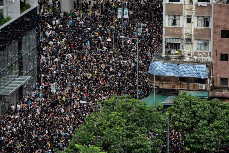 香港民眾今日再發起於旺角地區遊行,沿路高喊「香港人罷工」、「星期一(5日)罷工」。(法新社)