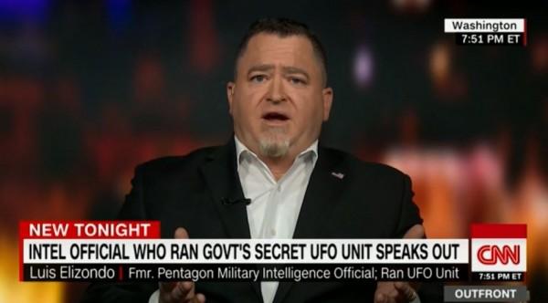 美國國防部不明飛行物UFO研究計畫的前負責人埃利桑多表示,他相信有非常有說服力的證據指出,人類在宇宙中其實並不孤單。(圖翻攝自CNN)