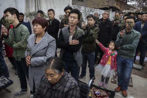 外傳獲教廷認可的「地下主教」郭希錦將讓位給中國官派主教,他警告,中國不會放棄控制天主教徒。圖為中國河北省一所地下教會舉辦的聖枝主日。(法新社)