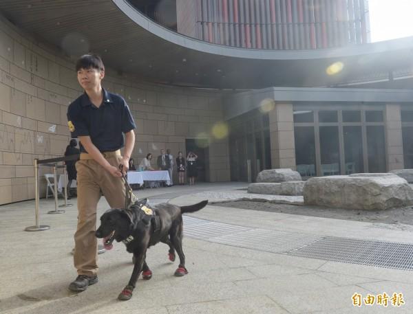美國在台協會內湖新館12日落成,由於許多國內外政界人士出席典禮,出動偵爆犬檢查周邊。(記者張嘉明攝)