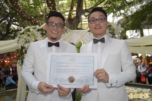 同志情侶蔡意欽(左)與佑佑(右)8日在親友的祝福下,由牧師證婚,完成終生大事。(記者張嘉明攝)