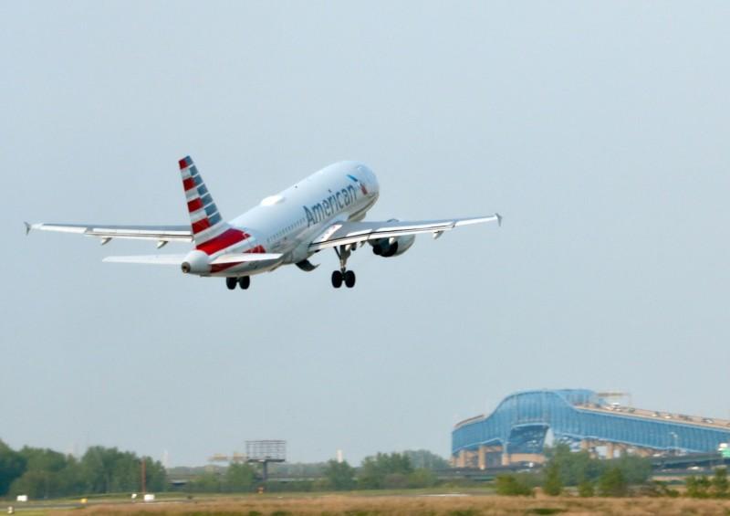 美國航空4名空服員隨身攜帶大量現金,入境邁阿密國際機場時遭查獲並被捕。美國航空班機示意圖。(法新社)