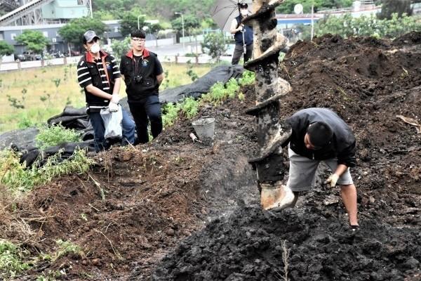 花蓮議長賴進坤家族經營的土資場被檢舉疑似違法掩埋有毒廢棄物,環保局去年開挖稽查。(記者王峻祺翻攝)