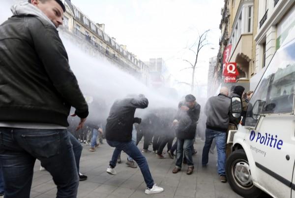 由於情況逼近失控,警方出動水槍驅離示威者,約有10人遭逮捕。(歐新社)