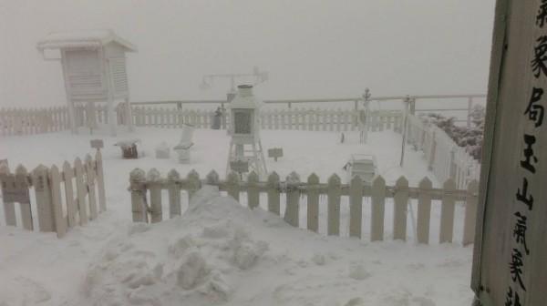 玉山之前連續下了幾場3月雪,一度讓玉管處重啟雪地管制,直到最近天氣轉晴,經巡視主峰線路徑後,確認多處厚雪消融,明起將解除園區3000公尺以上雪地管制。(圖由氣象局提供)