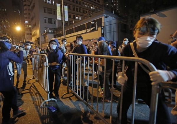 示威者拿欄杆當作路障。(美聯社)