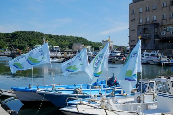 新北市藍海艦隊今天成軍,圖中旗幟為藍海艦隊的旗幟。(圖擷取自新北市環境保護局)