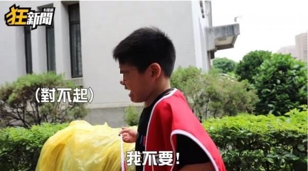 記者問道「韓國瑜凍蒜好不好,喊一下」,弟弟馬上哭喊「我不要」!(圖翻攝自YouTube《卡提諾狂新聞》)