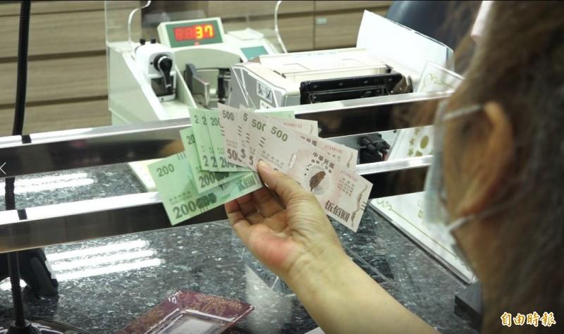 熱騰騰三倍券到手,很多民眾等不及想趕快花掉。(記者謝佶勳攝)
