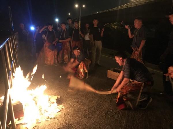 一般「送肉粽」儀式都在深夜舉行,圖為上月在鹿港進行的儀式,眾人將命案現場的物品押送到海邊火化。(資料照,楊昇樺提供)