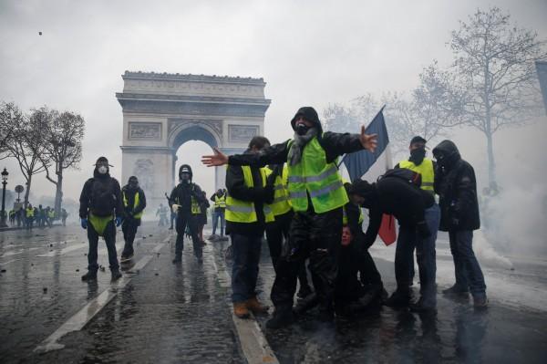 示威民眾一度控制凱旋門。(路透社)
