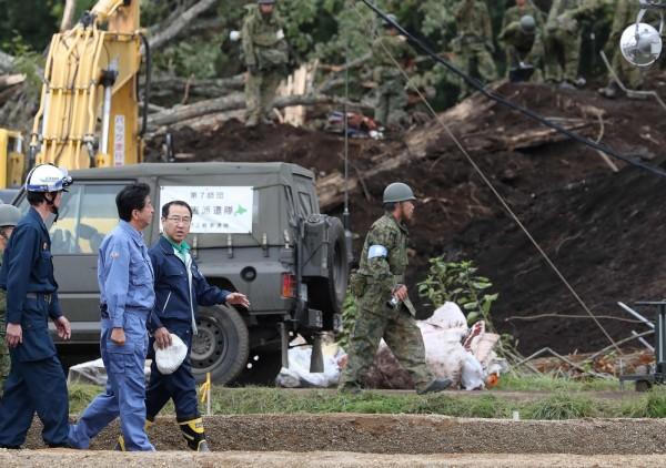 日本首相安倍晉三今日到災情慘重的厚真町視察。(法新社)