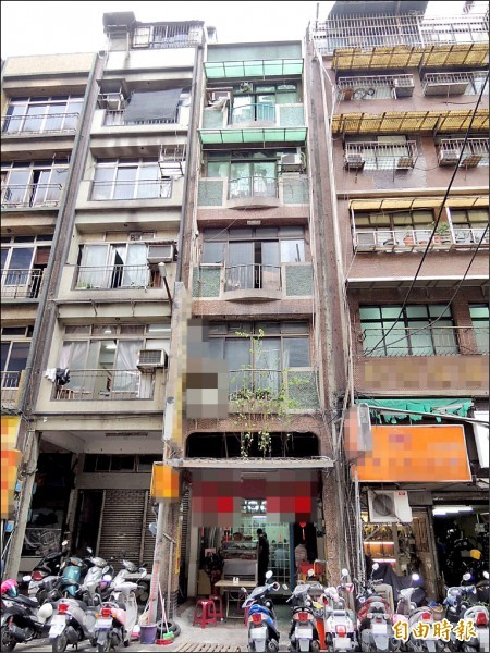 基隆公寓發生樓上住戶倒尿引發樓下住戶抗議罵髒話事件。(記者林嘉東攝)