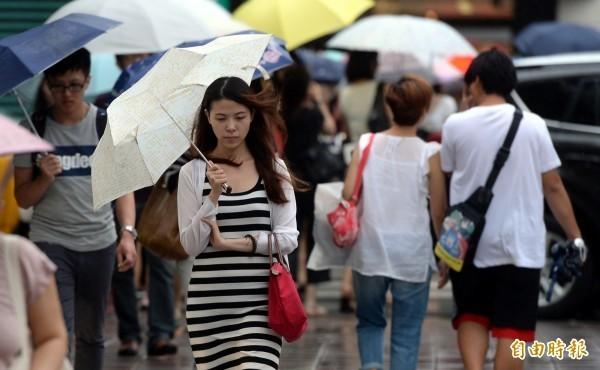 中央氣象局指出,今天(21日)中南部地區仍有連續性降雨,北部地區一整天亦有局部短暫陣雨,宜花午後有雷陣雨。(資料照)
