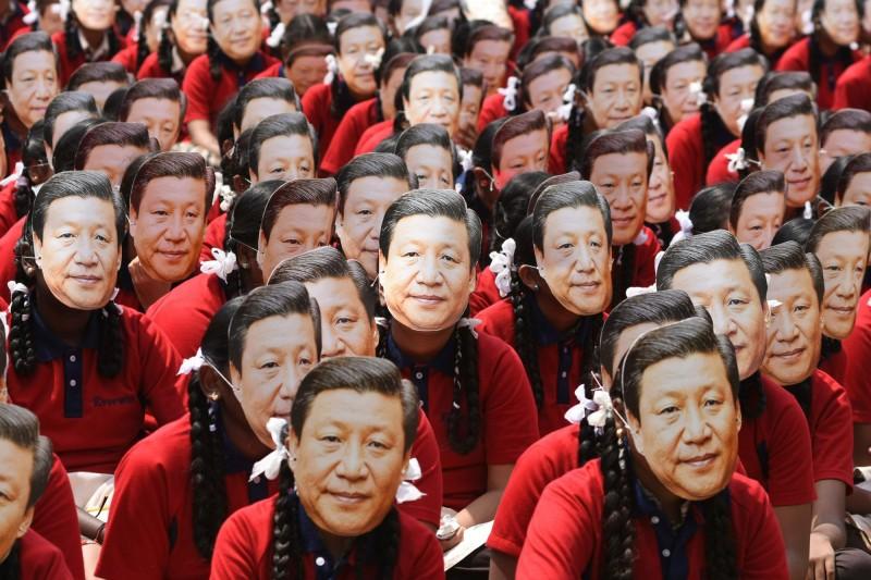 印度清奈一間學校在習近平訪印的前一天,全校2000名學生戴著習近平的面具。(法新社)