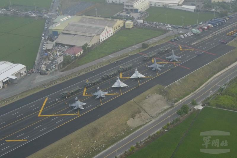 國軍漢光演習今年將再次演練戰機在高速公路戰備路段起降演練。圖為2007年期間,空軍三型戰機在高速公路彰化花壇路段起降訓練情形。(圖:軍聞社提供)。