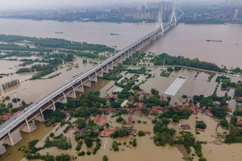 中國水利部下令盯緊水情,並將太湖及周邊河網提防列為防洪重點。圖為武漢遭淹。(法新社)