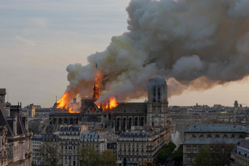 巴黎聖母院大火,玫瑰花窗和尖塔建築毀於一旦。(法新社)