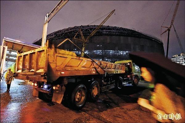 北市府勒令大巨蛋停工,建築師表示可能危及板南線。(資料照,記者廖振輝攝)
