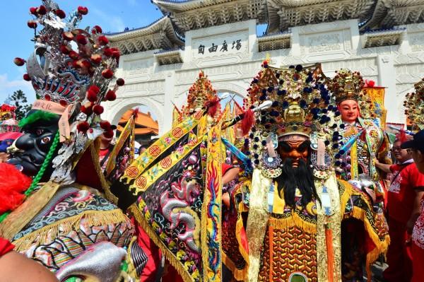 捍衛信仰守護香火大聯盟舉行「眾神上凱道」活動,用遊行方式從自由廣場出發繞行到凱道上。(記者王藝菘攝)