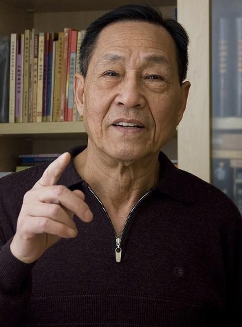 鮑彤指出「順黨者昌、逆黨者亡」的鐵律如今正支配著每個中國人的一生,並問「不知道台灣人願意不願意如此」。(圖擷取自維基百科)