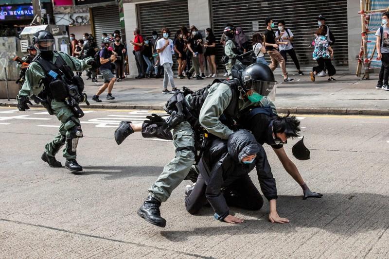 圖為中國人大強推「港版國安法」,港民上街抗議,遭港警暴力壓制。(資料照,法新社)