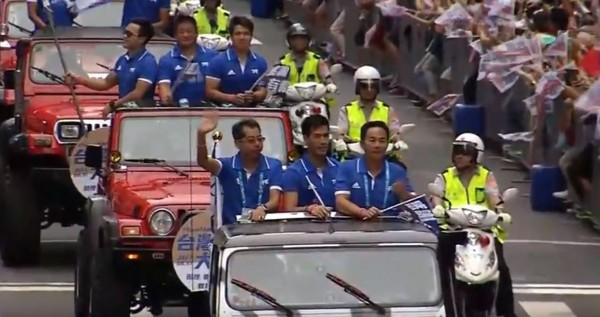 台灣英雄遊行選手車隊由楊俊瀚領軍入英雄谷。(自由時報影音組)