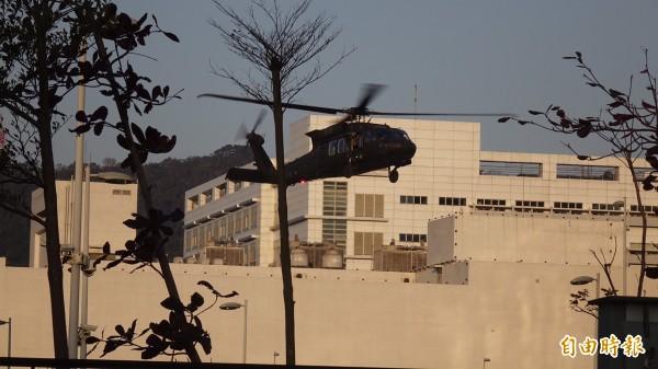 黑鷹直升機降落博愛營區。(記者簡榮豐攝)