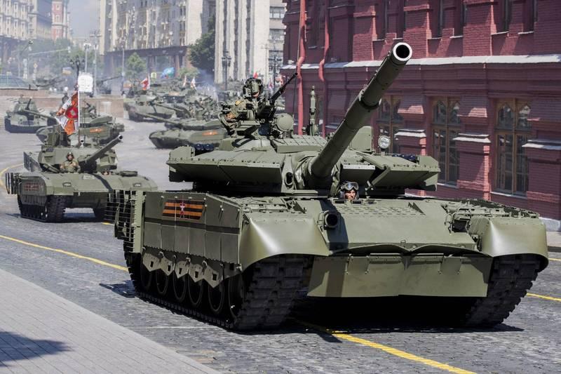 俄羅斯增派遠東的軍事部隊,這些地區包括俄羅斯與中國的東部邊界以及整個亞太。圖為俄羅斯主力戰車T-80(前)和T-14阿瑪塔(後)。(歐新社)