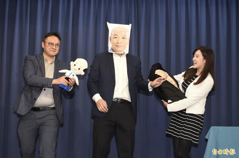 韓國瑜競選辦公室7日召開「只有你想不到,沒有他們做不到!」記者會,並以行動劇方式表演選舉奧步。(記者叢昌瑾攝)