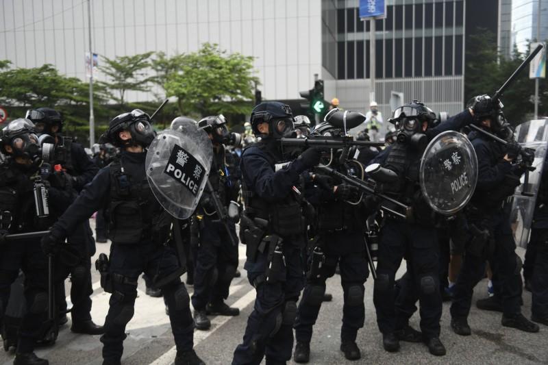 反送中》6/12救護員公開指控:警察把示威傷者拖下救護車