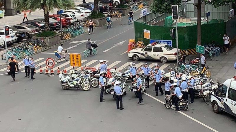 大批中國員警將美國駐成都總領事館包圍。(圖取自推特)