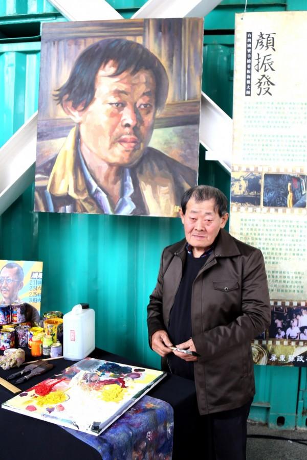 台灣國寶級手繪電影海報師傅顏振發登上《BBC》報導。(資料照)