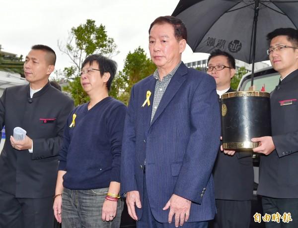 薇薇安父親陳連春(中)曾在女兒告別式現身。(資料照,記者王文麟攝)