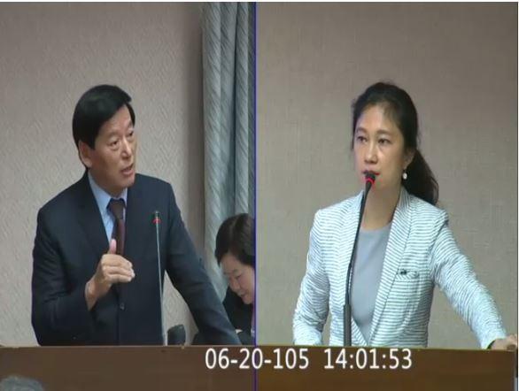 Kolas Yotaka(右)今質詢覺安慈仁(左)。(圖擷取自立法院議事轉播系統)