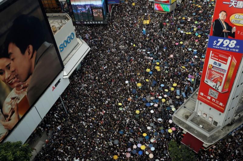 香港反送中運動,推遲「一國兩制台灣方案」。圖為721大遊行。(路透)