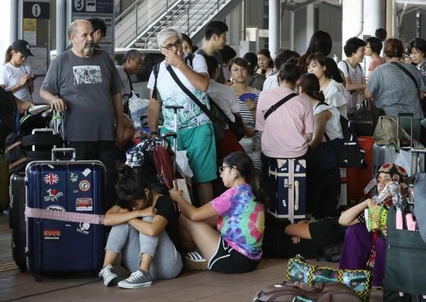 日本近日遭燕子颱風侵襲,受災的關西機場更被迫關閉,導致許多旅客受困其中。(法新社)