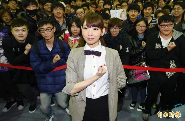 「進擊的巨人」要角「阿爾敏」美女聲優井上麻里奈15日來台,出席台北國際動漫節簽名會,與粉絲互動。(記者張嘉明攝)