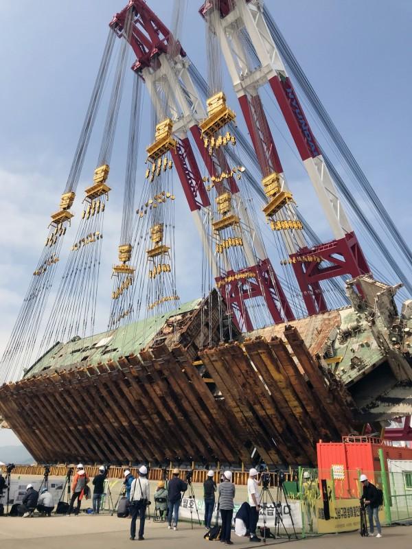 世越號船體調查委員會和現代三湖重工今日開始展開船體扶正作業。(歐新社)