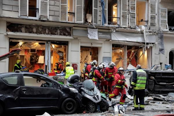 消防員從爆炸的麵包店內救出傷者。(法新社)